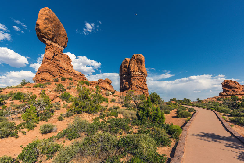 balanced rock trail in arches national park