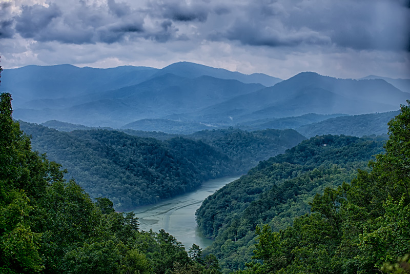 camping near a lake in the great smoky mountain national park
