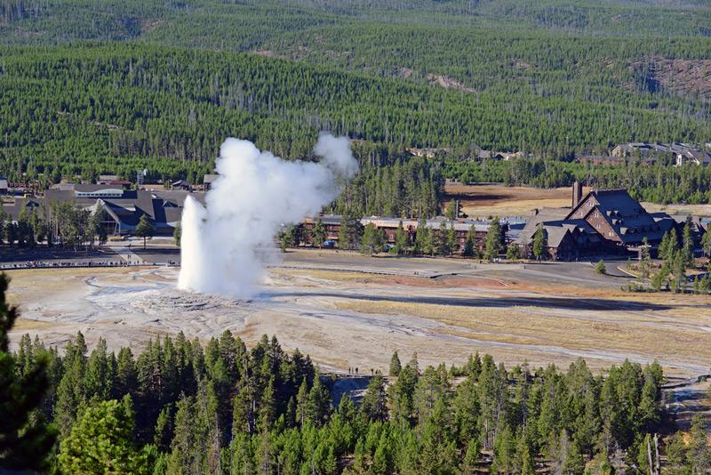 old faithful geyser eruption in yellowstone national park