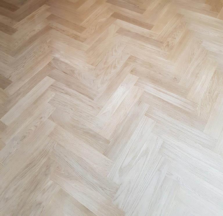 Visgraat vloer schuren tijdens