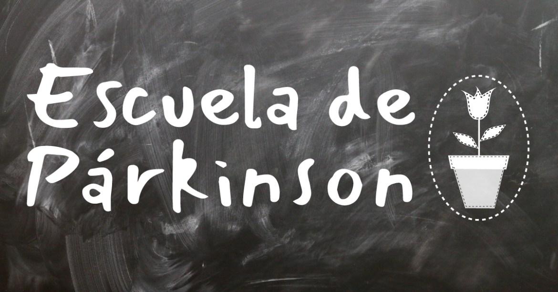 Fotografía de una pizarra con el logotipo de la escuela de párkinson en elche.