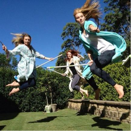 "Three Girls Harry Pottering http://www.directmatin.fr/insolite/2013-04-08/pottering-les-fans-dharry-potter-et-leurs-balais-regnent-sur-le-web-435466 Direct Matin.fr ""Pottering: Les Fans d'Harry Potter et Leurs Balais Règnent Sur le Web"" 08/04/2013"