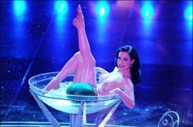 Célèbre danse Dita Von Teese dans une coupe de champagne