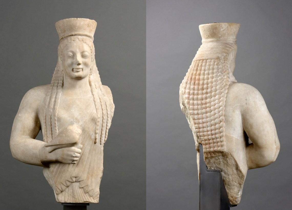 Koré, vers 550-540 av. J.-C. Marbre blanc, 63 x 36 x 24 cm. Musée des Beaux-Arts de Lyon, Lyon.