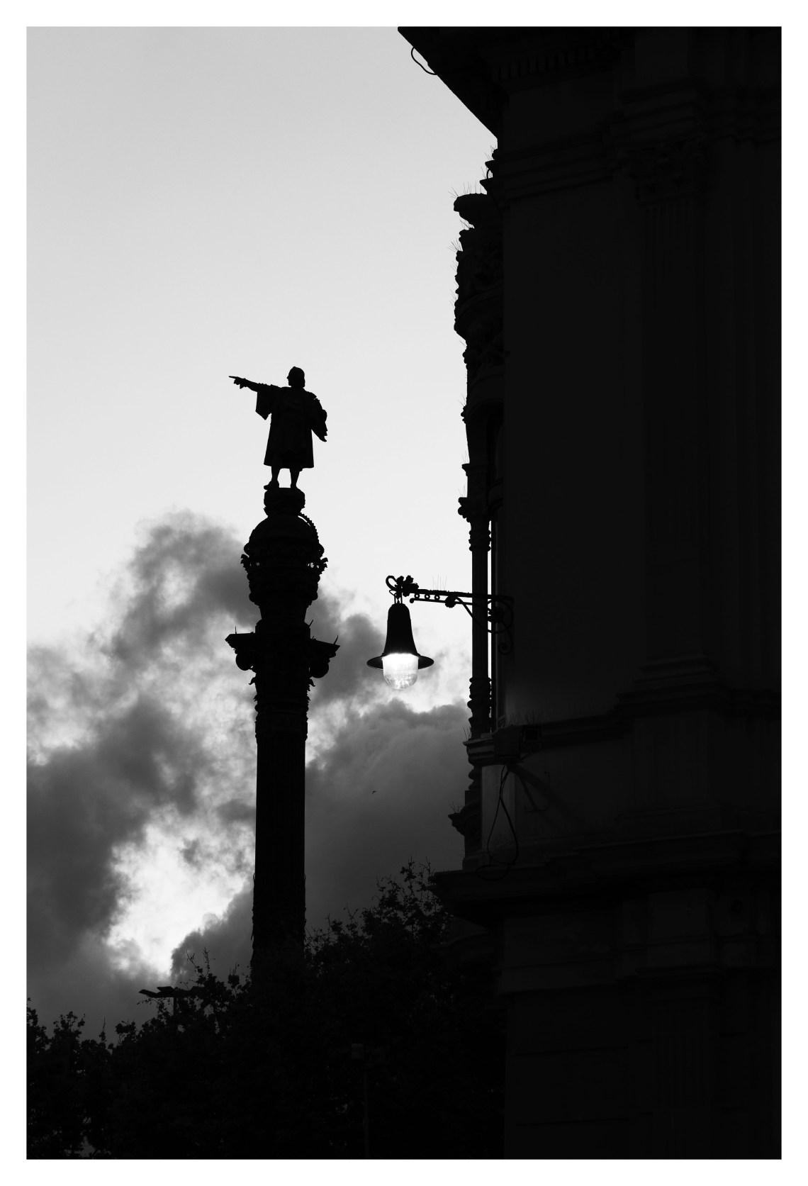 Christophe Colomb indique la sortie du port, donc la haute mer (©jmg)