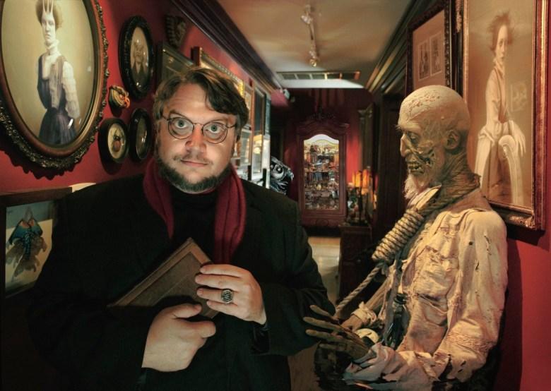 Guillermo del Toro con sus tesoros más preciados.