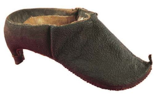 Man's shoe in black distressed leather