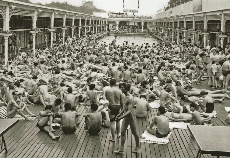 Das überfüllte Schwimmbad Deligny in Paris am 12. Juli 1958, Bikini Story, Patrik Alac