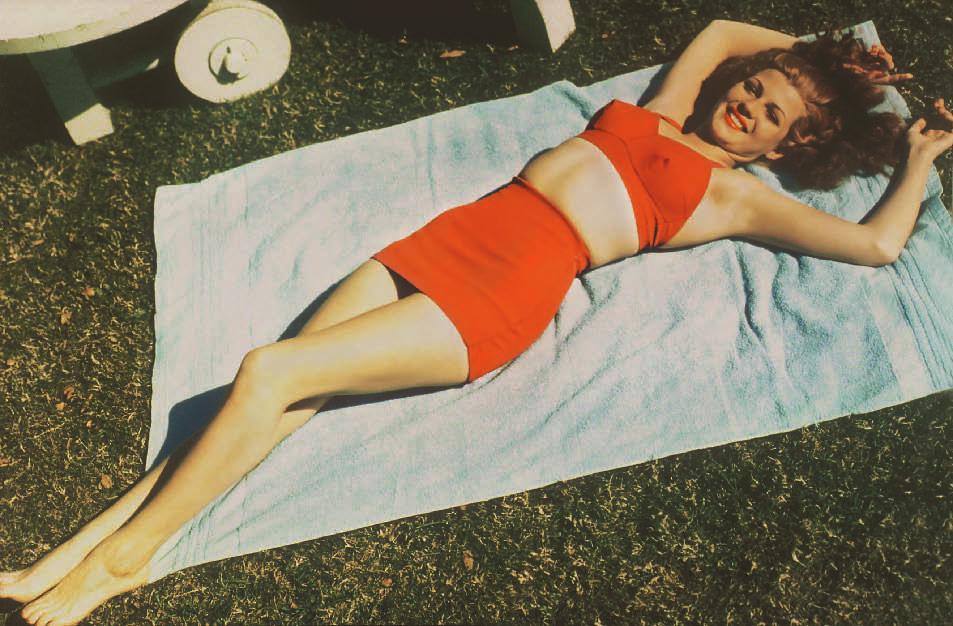 Rita Hayworth (1918-1987) auf einem Badetuch ausgestreckt, Bikini Story, Patrik Alac