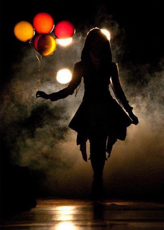balonlar ve kız