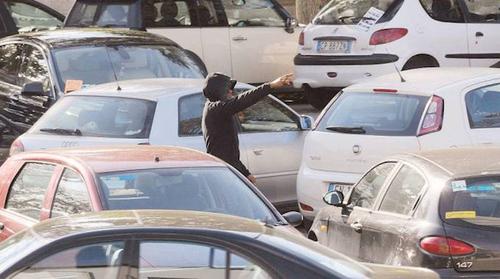 """Basta col """"minipizzo"""": arresto immediato per i parcheggiatori abusivi"""