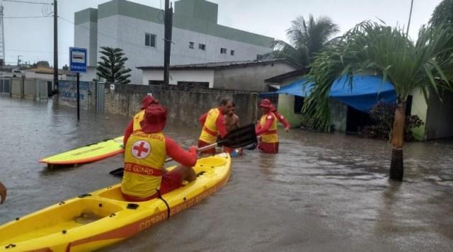 Bombeiros chuvas JP - UM RESGATE ANIMAL: Bombeiros usam caiaques para resgatar pessoas e um cachorro que estavam ilhados após chuvas em João Pessoa