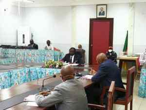 Le Ministre Mouelle Kombi lors de la réunion de conciliation entre la FECAFOOT et la LFPC.