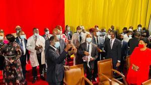 Mouelle Kombi lors de la visite d'inspection du palais des congrès aux côtés des émissaires de la CAF.