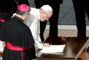 francois-signe-lettre-apostolique-messe-cloture-jubile-misericorde-20-novembre_0_1400_937