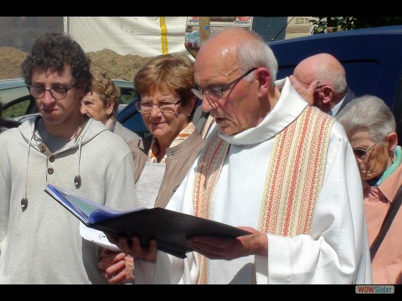 Le pardon de Lokmaria 2017 la procession le père Jean Campion 1