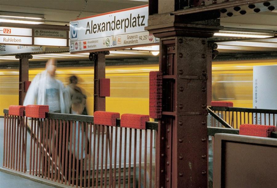 Stella Geppert: «Parasitäre Verhältnisse und Dialoge», 62 Polster, Metallbänder, Lack, Maße variabel, Installation in U-Bahnhof U2 Alexanderplatz, Berlin, 2002