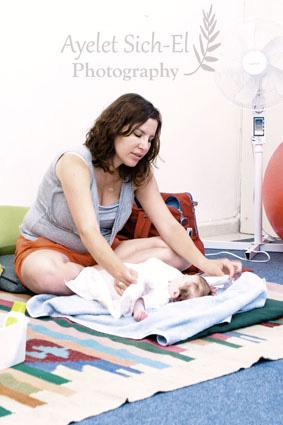 אילונה עושה עיסוי תינוקות