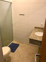 Banheiro com ducha pressurizada