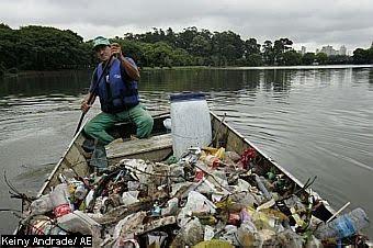 SÃO PAULO - 27/10/2009 - LIMPEZA / LAGOS / PARQUES MUNICIPAIS - METRÓPOLE GERAL JT - Limpeza do lago do Parque do Ibirapuera. José Galdino, 38 e Luiz Antônio Carvalho de Oliveira, 47 (de barba) fazem a limpeza diária do lago e chegam a retirar cerca de 600 quilo de lixo todos os dias. O tipo de lixo é variado, sendo que a maioria é lixo deixado por usuários do parque, acumulado principalmente após os fins de semanas.