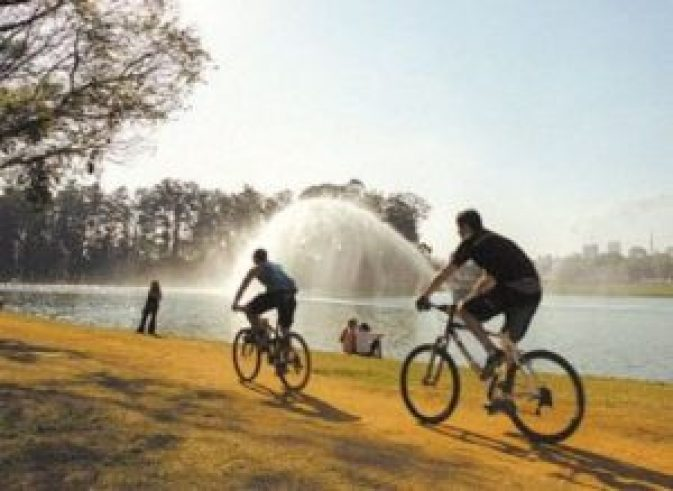 Ciclistas fora das ciclofaixas - um flagrante desrespeito do regulamento.