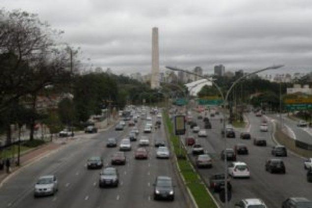 Av. 23 de Maio com o Obelisco e o Parque Ibirapuera ao fundo (foto: Roberto Carvalho de Magalhães, 2010)