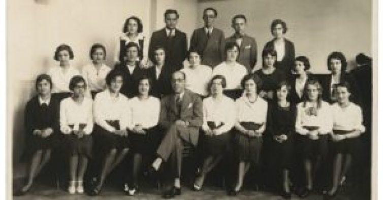 Foto: Mário de Andrade (sentado ao centro) entre alunos do Conservatório Dramático e Musical de São Paulo, s.d..