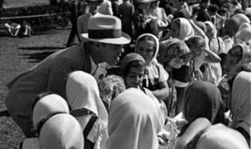 Mário de Andrade com um grupo de crianças durante uma visita a um dos parques infantis de São Paulo, criados na sua gestão do Departamento Municipal de Cultura. Foto: João Mussolin.