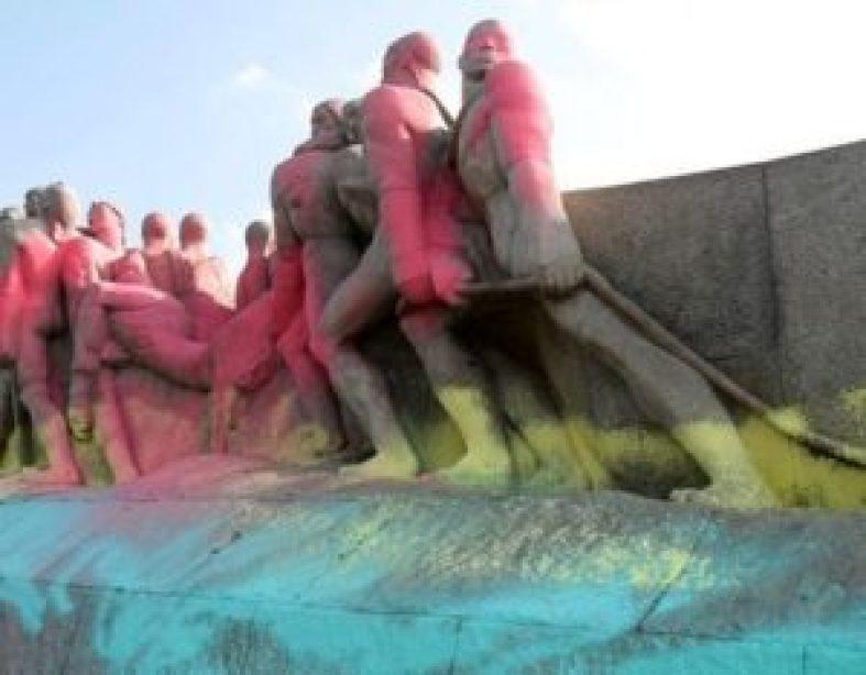 Monumento às Bandeiras, de Victor Brecheret, pichado recentemente.
