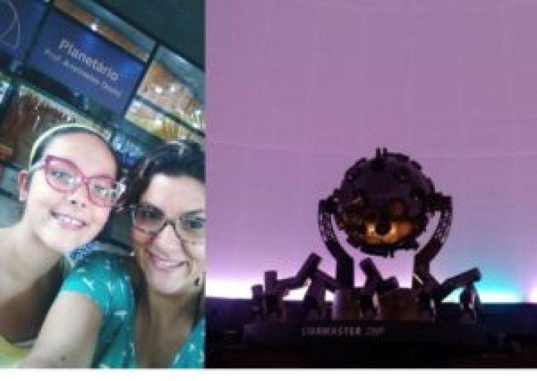 Lela Albuquerque e sua filha Clara na entrada do Planetário e o projetor do mesmo.
