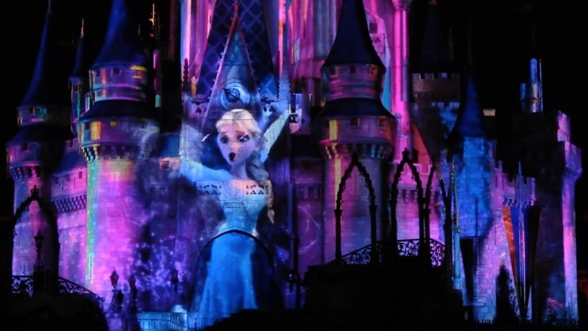 Los personajes de Frozen reflejados en el espectáculo nocturno en Magic Kingdom