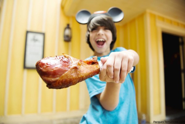 "Una lucha ""descarnada"" con una turkey leg haciendo de sable laser de Star Wars... mmm yummy"
