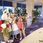 A ciertas horas hay personajes de Disney en el lobby de la torre Fantasy del Disneyland Hotel.