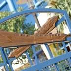 La entrada a la piscina Monorail rinde homenaje a los monorrieles originales del parque Disneyland.