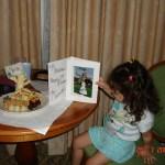La famosa estatua de Chocolate Blanco que recibio al cumplir 3 años, junto con globos, regalos y más por parte del Hotel Grand Floridian