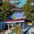 El monoriel pasando cerca de la hermosa piscina del Disneyland Hotel