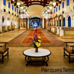 Vuelve a vivir el romance del suroeste colonial español al pasear por el inmenso vestíbulo con arcos en Disney's Coronado Springs Resort. Área de recepción en el vestíbulo de Disney's Coronado Springs Resort