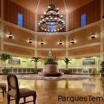 El impactante vestíbulo de Disney's Saratoga Springs Resort & Spa evoca la grandeza de una época pasada. El gran vestíbulo y el área de recepción de Disney's Saratoga Springs Resort & Spa
