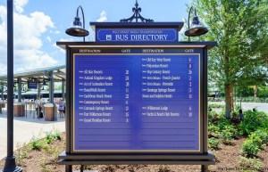 En cada parque temático se encuentra un cartel indicando en cada parada a donde se dirigen los transportes