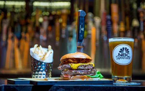 Hamburguesa Grand Slam en NBC Sport & Grill Brew