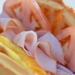 Nuevo sandwich caliente con huevo, pavo y tomate para empezar el día con fuerzas y sabor