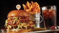 La clásica y ahora renovadas hamburguesas en Planet Hollywood Orlando. Guy Fieri's Bacon Mac-N-Cheese.