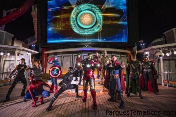 """El mazo de """"Marvel Heroes Unite"""" durante Marvel Day at Sea combina efectos especiales, acrobacias, pirotecnia y música para crear un sensacional espectáculo de acrobacias espectacular en las cubiertas superiores. El evento ofrece entretenimiento durante todo el día celebrando los famosos cómics, películas y series animadas del Universo Marvel."""