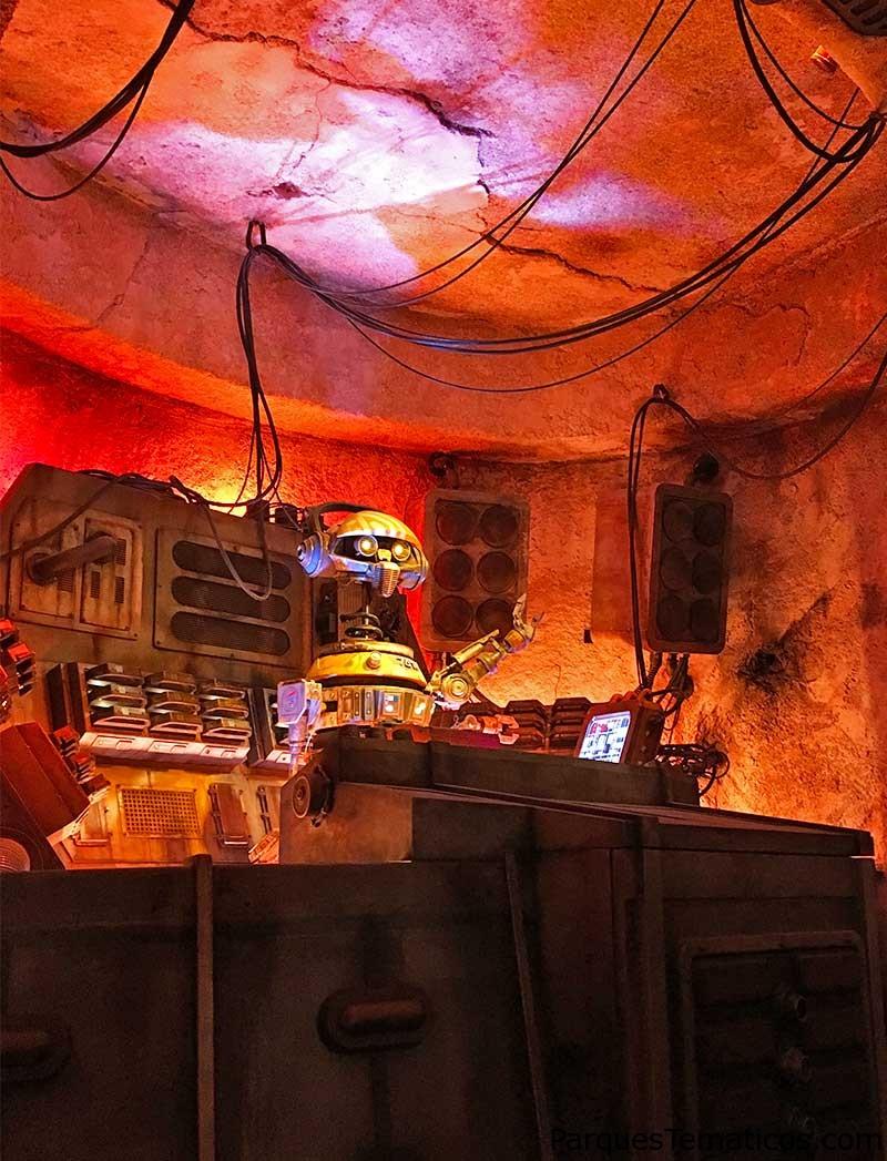 El famoso DJ R-3X tocando música en la Oga´s Cantina en Star Wars: Galaxy´s Edge