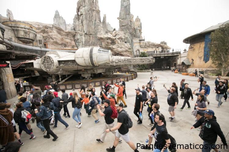 Los primeros visitantes en Star Wars: Galaxy's Edge en Disneyland