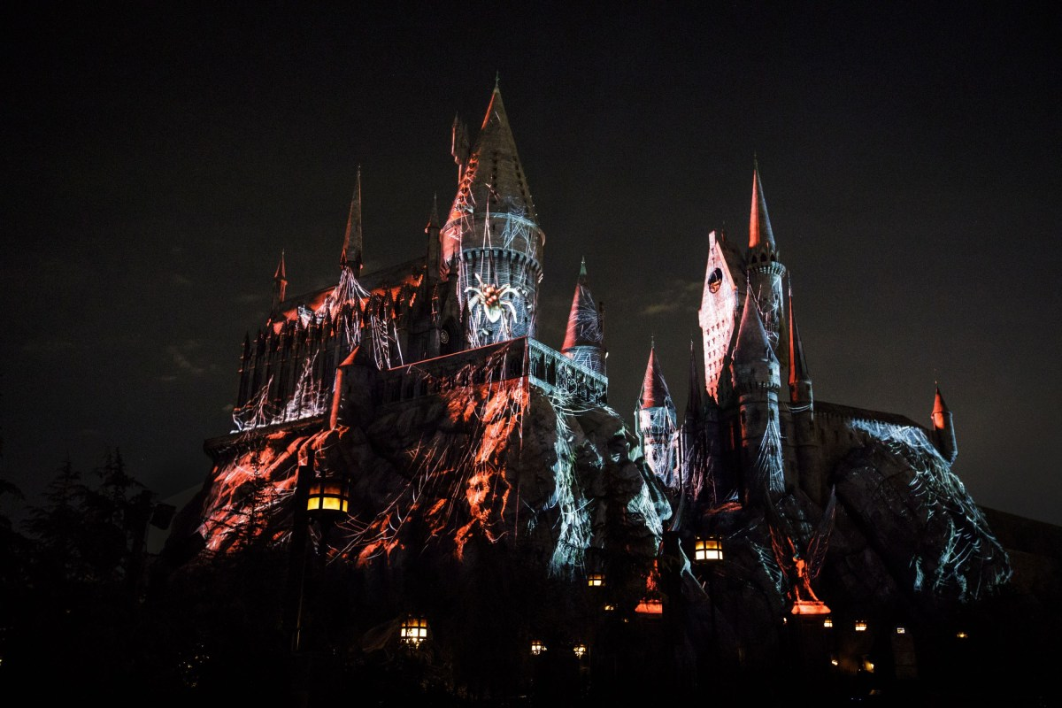 Dark Arts at Hogwarts Castle, la experiencia que te quitará el aliento en Universal Orlando trayendo el lado oscuro de la magia de los Death Eaters a la vida en The Wizarding World of Harry Potter