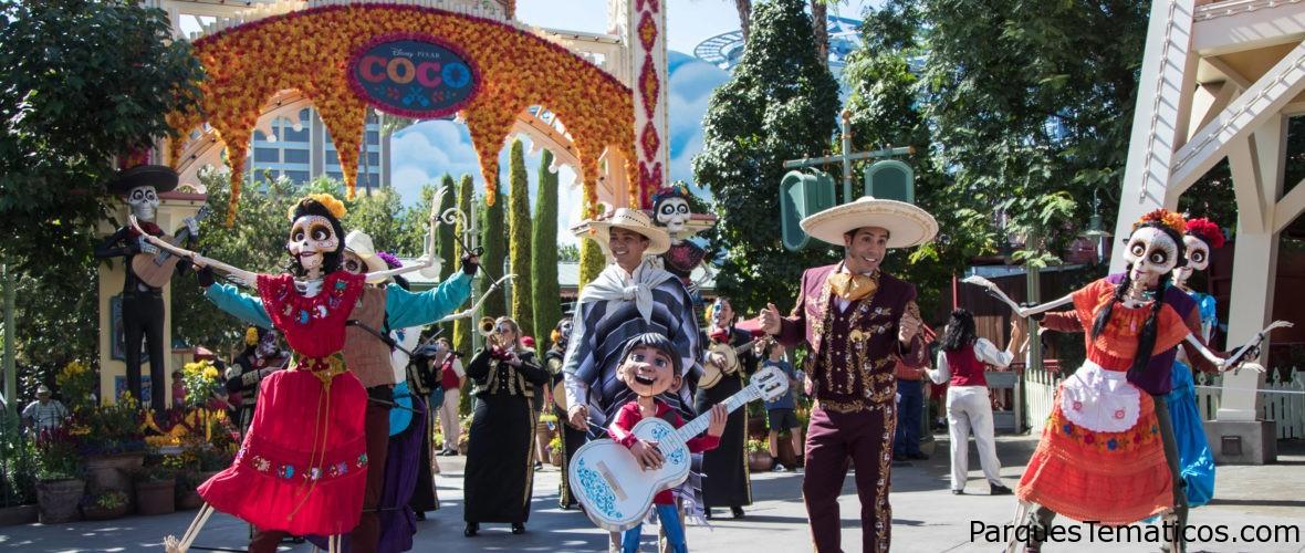 Instantes espectaculafriantes para fotografiar Disneyland Resort, en Plaza de la Familia con Miguel, de 'Coco', y el espectáculo 'Halloween Screams'