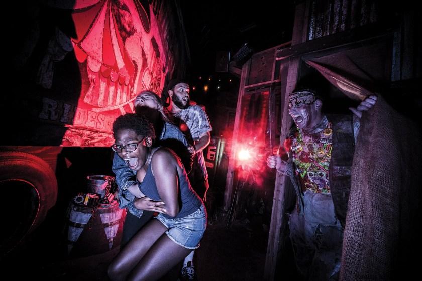 Inmediatamente después del evento tremendamente popular de este año, Universal Orlando Resort ha revelado las fechas de Halloween Horror Nights 2020, el 30 aniversario del principal evento de Halloween del mundo. Los sustos completamente nuevos, además de lugares reinventados inspirados en el pasado, invadirán Universal Studios Florida durante 40 noches selectas desde el jueves 10 de septiembre hasta el domingo 1 de noviembre de 2020.  Los huéspedes que visiten el destino vacacional de clase mundial de Universal Orlando selectas noches en septiembre y octubre podrán experimentar todos los horrores que les esperan, incluidas 10 casas embrujadas completamente nuevas, cinco zonas de miedo escalofriantes, entretenimiento en vivo y más.