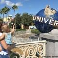 Cómo hacer Universal Orlando Resort con un bebé Crecí viniendo aUniversal Orlando Resorty tengo recuerdos increíbles montando todas las atracciones, experimentando mis fandoms favoritos y comiendo toneladas de comida deliciosa.Durante años, solo fui yo a los parques con amigos, mi pareja o mi familia, pasando todo el día en los parques haciendo nuestras atracciones favoritas. Pero para aquellos de ustedes en un barco similar como yo que ahora tienen un bebé o un niño pequeño a cuestas, pueden preguntarse qué era yo: ¿cambia la experiencia? Siendo nuevos padres, mi esposo y yo fuimos recientemente a los parques con nuestro pequeño por primera vez, y haymuchoque hacer con un bebé, ¡desde juegos mecánicos hasta espectáculos, conocer personajes y más!Además, mamá y papá también pueden encontrar tiempo para hacer las cosas que quieren hacer.Estoy analizando todo lo que aprendí en esta guía, incluido comer en los parques, qué llevar y usar, y mis propios consejos y trucos personales. COSAS PARA HACER ATRACCIONES Y ESPECTÁCULOS Uno de los grandes interrogantes para mí cuando se trataba de ir a los parques con un bebé era: ¿Qué atracciones o espectáculos puede hacer mi bebé?Rápidamente descubrí que en realidad hay bastantes atracciones que los bebés pueden hacer.Aquí estaban nuestros favoritos. ATERRIZAJE DE SEUSS Seuss Landing enUniversal's Islands of Adventurefue muy divertido de explorar con nuestra hija.Podría montar un par de atracciones, conocer personajes y ver un espectáculo.Los colores brillantes y los alrededores divertidos también ayudaron a mantenerla entretenida.Confesión: ¡Fue divertido volver a conectarme con mi niño interior con ella! Caro-Seuss-el:Este fue mi paseo favorito para hacer con mi hija.Ella pudo sentarse sola mientras nos paramos a su lado mientras dábamos vueltas y vueltas.Ella lo amaba.¿Bebé no está listo para montar solo?También hay una opción de carruaje en el que puede sentarse. Oh!¡Las historias que escuchará!:Pasamos por allí cuando este e