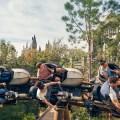 Guía para Hagrid's Magical Creatures Motorbike Adventure en Universal Orlando Resort Alguna vez has soñado con ir más allá de los terrenos de Hogwarts? ¿Recuerdas la emoción al leer las maravillosas aventuras sobre el Bosque Prohibido? Bueno, prepárate para que tus sueños se hagan realidad enUniversal Orlando Resort. Si eres fan de Harry Potter, te gustan las montañas rusas, o estás esperando la última atracción de Universal Orlando Resort, esta es tu mejor guía para Hagrid's Magical Creatures Motorbike Adventure, ubicada enThe Wizarding World of Harry Potter – Hogsmeadeno Universal's Islands of Adventure. LA FILA: Por primera vez, podrás vivir una aventura en el Bosque Prohibido. Alan Gilmore, director de arte de las películas de Harry Potter, se unió a Universal Orlando Resort en la creación de una experiencia verdaderamente envolvente y mágica, hecha para que todos los visitantes disfruten. Aquí hay algunos consejos para tener en cuenta que el equipo incluyó… Disfruta de la vista mientras caminas, porque podrás ver el castillo de Hogwarts, la cabaña de Hagrid, y las ruinas por las que pronto pasarás. Cuando entres a las ruinas, verás estatuas de criaturas curiosas que se encuentran en el mundo mágico. Encontrarás dibujos increíbles que te llamarán la atención. En las ruinas, algunas caras conocidas te ayudarán en la preparación de tu viaje. En cuanto llegues a la chimenea, puede que veas las huellas de una pequeña criatura de fuego. Estas ruinas parecen abandonadas, pero es donde Hagrid guarda algunas de sus cosas, como una curiosa colección de huevos. Quédate pendiente a Hagrid. Parece que está tramando algo. ¿Te diste cuenta de los arañazos y quemaduras en las paredes? ¿Hagrid dejó osos de peluche y mantas? ¿Viste la página en El Monstruoso Libro de los Monstruos? HAGRID Conocerás a Hagrid cara a cara en Hagrid's Magical Creatures Motorbike Adventure, mientras te lleva por el Bosque Prohibido para una clase de Cuidado de Criaturas Mágicas. Al subir a una moto m